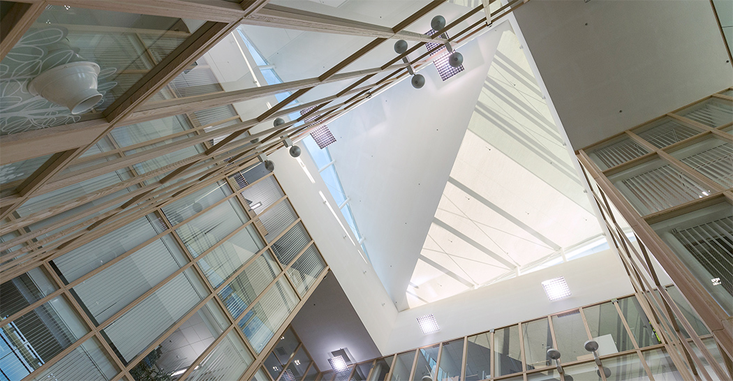 Kuvassa toimistorakennus sisältä
