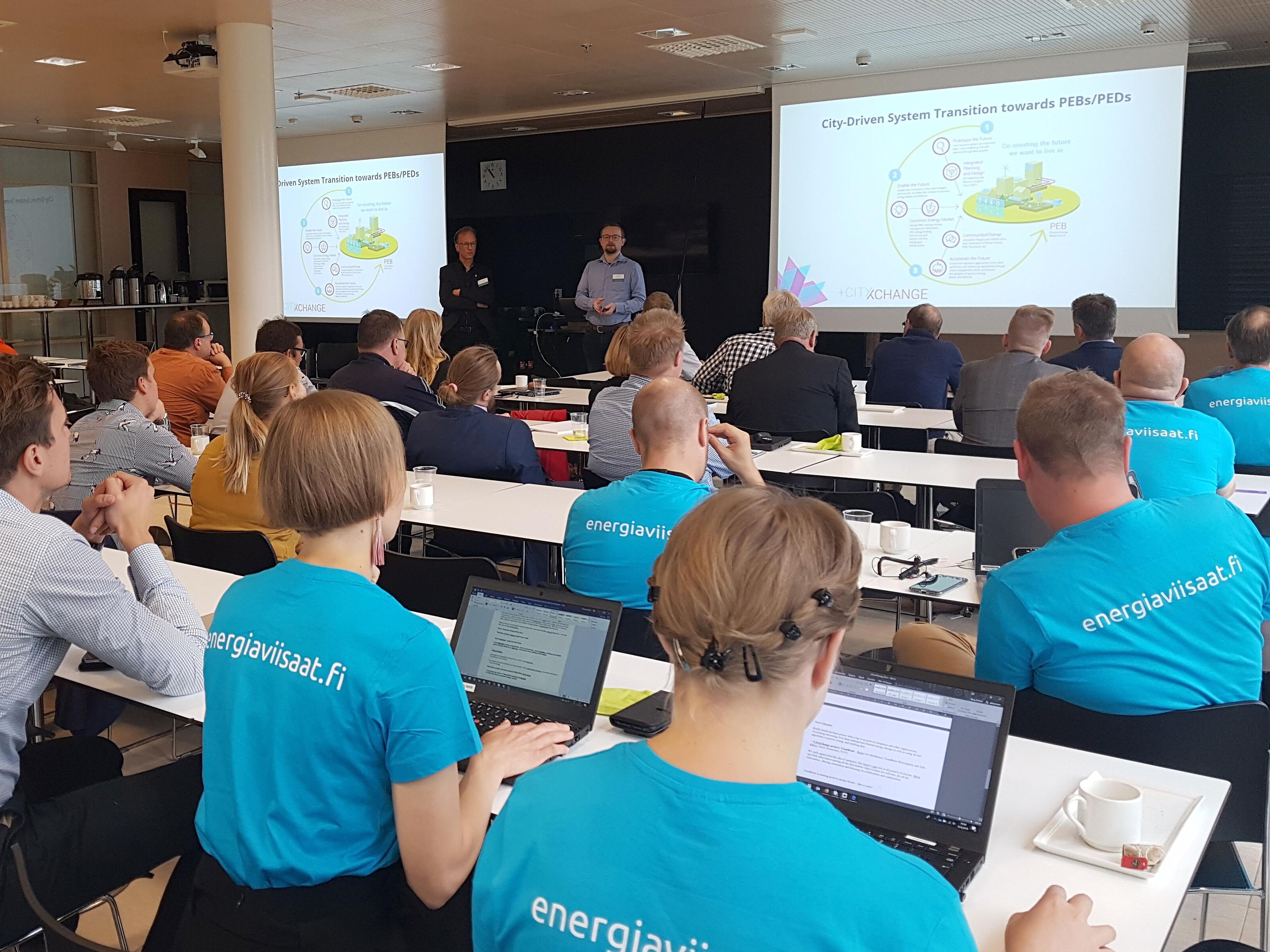 Kuvassa seminaarivieraita kuuntelemassa norjalaisten puheenvuoroa