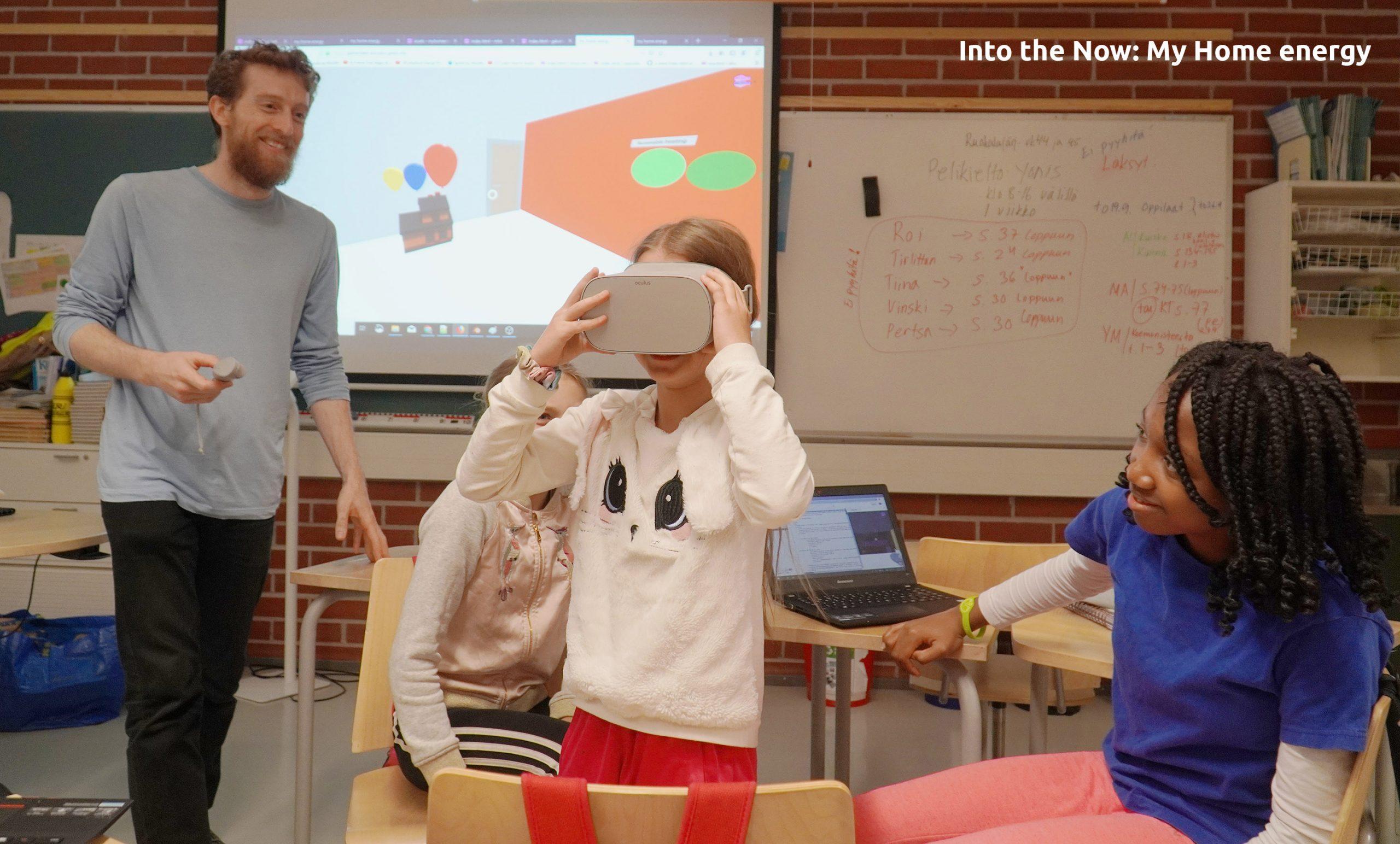 Oppilas luokassa virtuaalitodellisuuslasit päässään