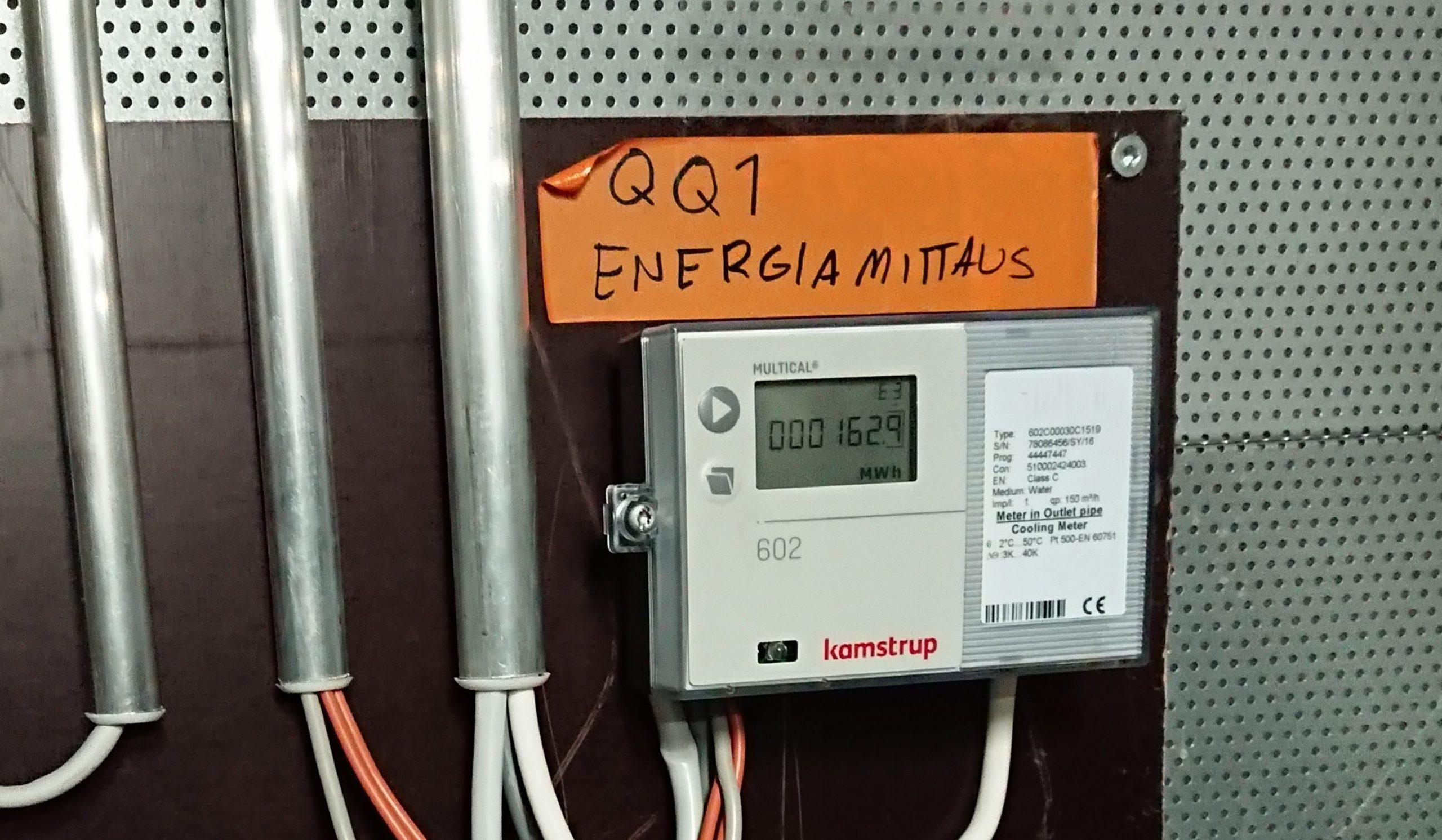 Energiamittari seinällä ja piuhoja - Energiaviisaat